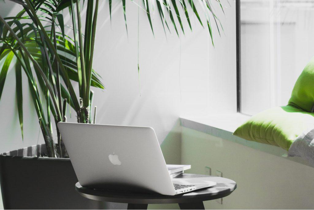 Macbook dans un espace de travail