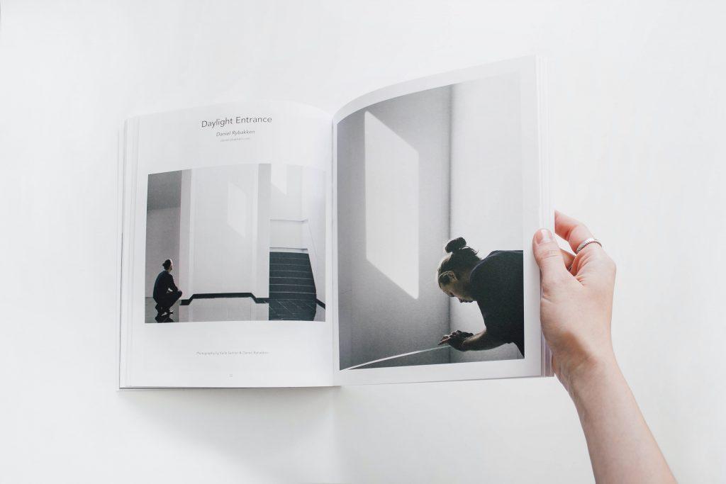 Brochure ouverte avec photographies en noir et blanc